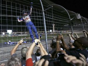 indycar-2013-texas-castroneves-climbing-the-fence