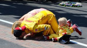 indycar-2014-indy-500-rhr-kissing-the-bricks