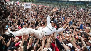 f1-2016-britain-hamilton-crowd-surfing